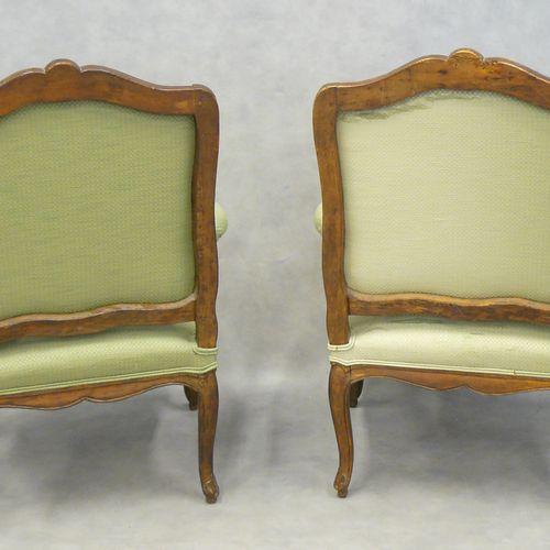 一对路易十五时期的大型扶手椅,天然木材雕刻的叶子,平坦的倾斜和弯曲的背部,装饰有贝壳,绿色织物软垫(使用) 98 x 68 x 65厘米(一个前腿损坏,后背被胶…