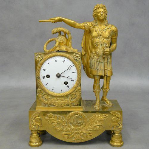 一座精雕细琢的鎏金铜钟,表现了法国国王路易十四作为战争首领的寓言,他身穿罗马风格的盔甲,手持指挥杖和他的剑。在表盘上,有一个羽毛状的头盔和一个月桂冠。长方形底座…