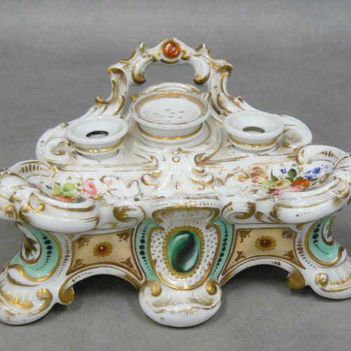 Encrier en porcelaine de Paris polychrome et or, comprenant trois godets. Epoque…