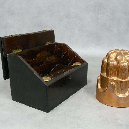 Un lot : un moule en cuivre H 17 cm et un porte lettres Napoléon III avec deux e…