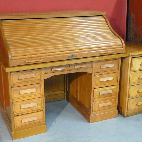 Un bureau américain (démontable) à caissons en bois naturel, huit tiroirs (lames…