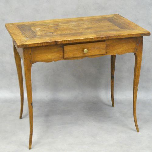 Petite table basse en bois naturel, un tiroir 64,5 x 74,5 x 48 cm