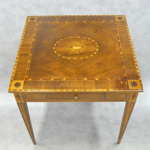 Petite table de style Louis XVI en bois de placage plateau marqueté d'instrument…