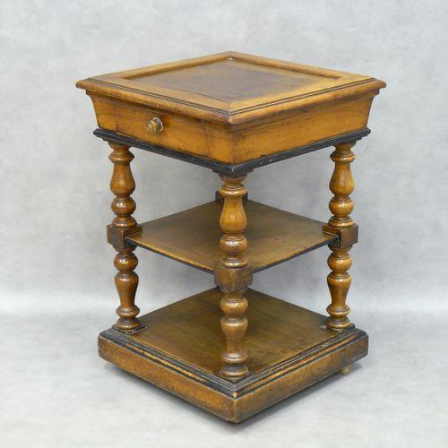 Table d'appoint en noyer, plateau à cuvette, un tiroir et deux tablettes (manque…
