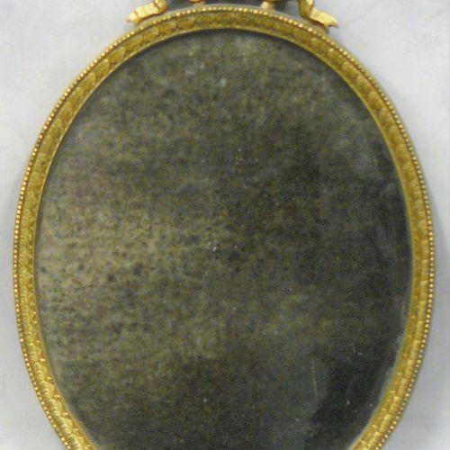 Un petit miroir ovale de style Louis XVI cadre laiton H 36 cm