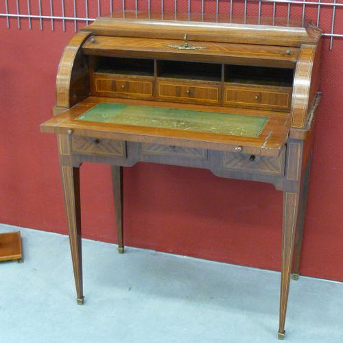 Petit bureau à cylindre de style Louis XVI en bois de placage et marqueterie de …