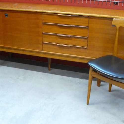 Buffet bas enfilade Danois vers 1960 L 220 cm x 84,5 x 46 cm ; joint une chaise …
