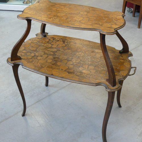 Table à thé de style Art Nouveau à deux plateaux en bois de noyer pyrogravé à dé…
