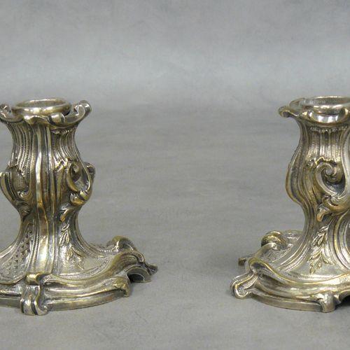 Deux bougeoirs de style rocaille en métal H 9 cm