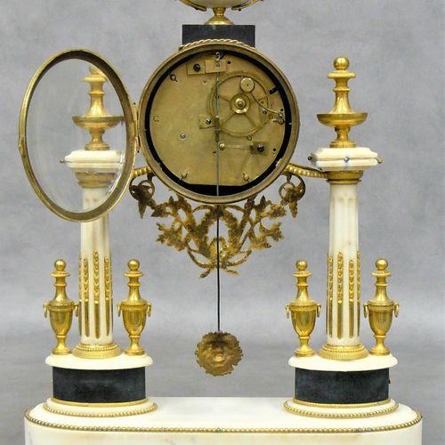 THIABAUD une pendule portique Louis XVI en bronze doré et marbre blanc, surmonté…