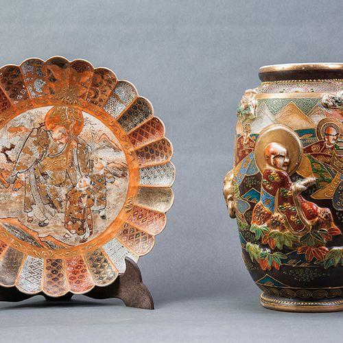 Lote en cerámica Satsuma, Japón. S. XX. Formado por plato y jarrón. Altura jarró…