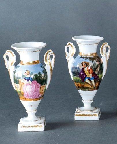 Paire de vases du XIXe siècle, en porcelaine du Vieux Paris. Avec une décoration…