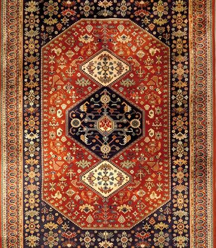 Tapis caucasien en laine à décor rhomboïde central sur fond marron et bordure bl…