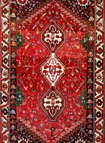 Tapis en laine de type caucasien à motif géométrique sur champ marron. Taille : …