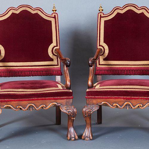Paire de fauteuils, Espagne s. 19E SIÈCLE. En bois de noyer avec une garniture e…