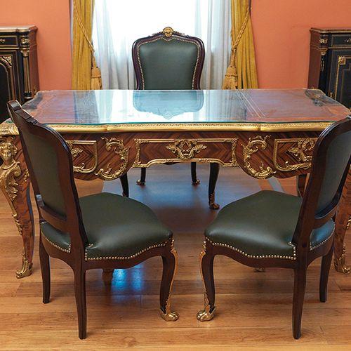 """Lot formé par un grand """"bureau plat"""" de style Louis XV ; et un fauteuil et deux …"""