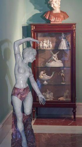 """ÉCOLE ITALIENNE, PP. Buste de dame"""" du XXe siècle Sculpture bichromatique en mar…"""