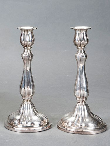 Pair of candlesticks in punched Spanish silver. Weight (without counterweight): …