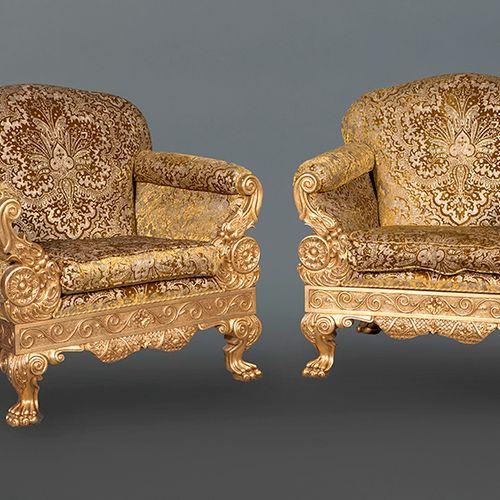 Paire de grands fauteuils de style Empire en bois sculpté et doré avec une décor…