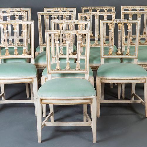 Ensemble de 12 chaises, en bois sculpté, laquées en blanc et partiellement dorée…