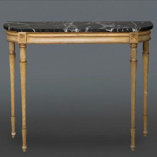 Console de style Louis XVI en bois sculpté, peint et doré avec un plateau veiné …