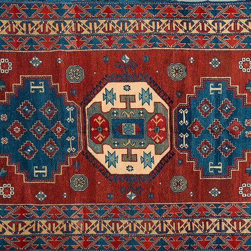 Tapis tribal caucasien, noué à la main. Triple médaillon central, de forme octog…