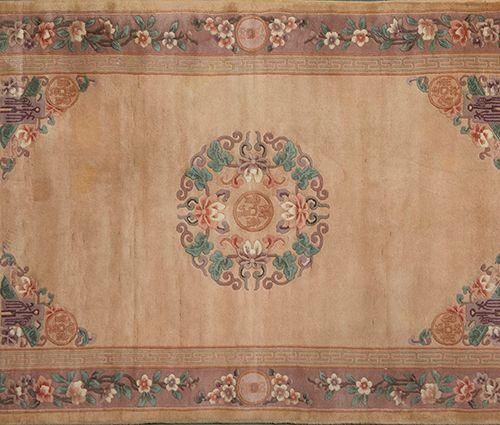 Tapis chinois en laine avec décoration florale, médaillons et inscriptions sur c…