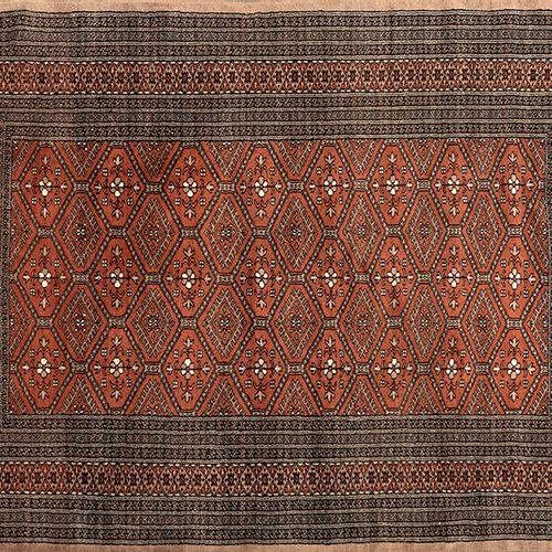 Tapis oriental en laine avec des motifs géométriques et floraux sur un fond brun…