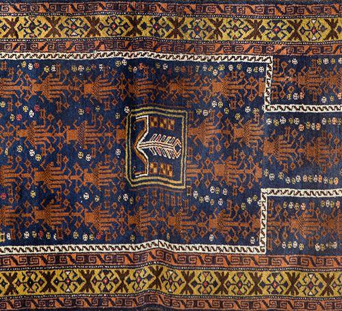 Petit tapis de prière persan, Beluchistan, sur fond bleu foncé et bordure couleu…