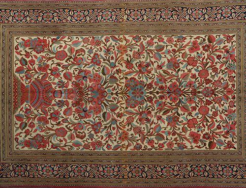 Elégant tapis persan d'Ispahan, en laine et soie, avec décoration de vase à fleu…
