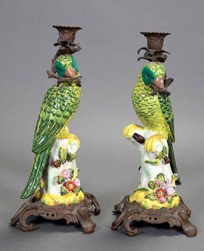 Paire de chandeliers avec des tiges de perroquet en faïence émaillée de couleurs…