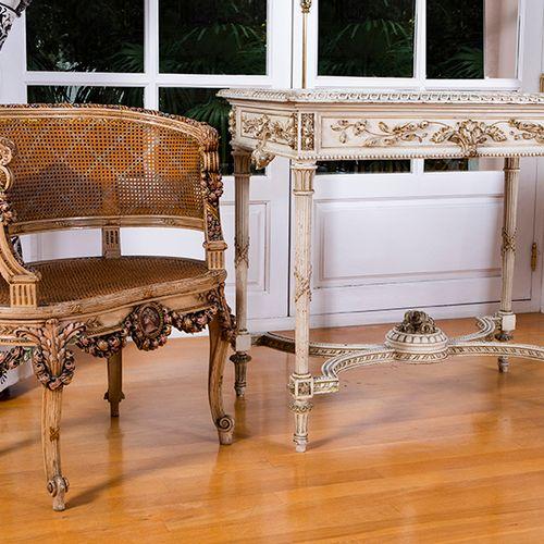Lot formé par une table et un fauteuil de style rococo avec dossier et assise en…