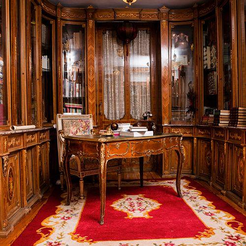 """Lot formé par : un """"bureau plat"""" de style Louis XV, en bois avec des application…"""
