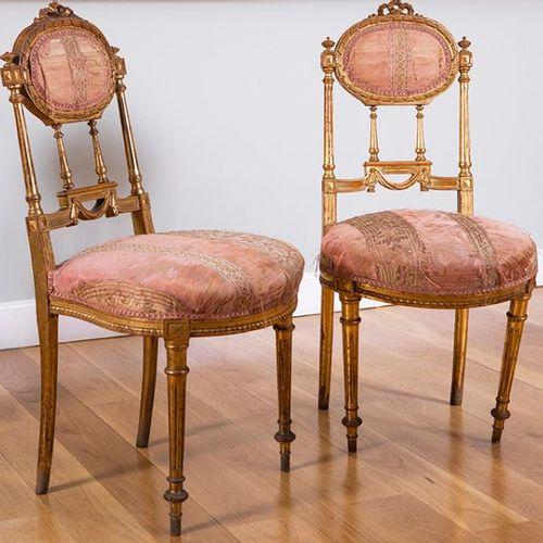 Paire de chaises de danse, Espagne, vers 1890. En bois sculpté et doré, avec des…
