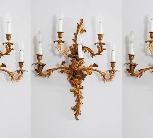 Lot de trois appliques de style Louis XV. Cinq lumières. En bronze doré. Hauteur…
