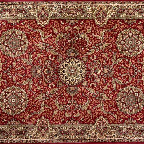 Tapis persan en laine avec une décoration de champ bordeaux et des motifs végéta…