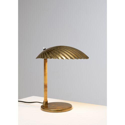 Paavo Tynell (1890 1973)  Modèle n°5321 dit 'Shell'  Lampe de table  Laiton et r…