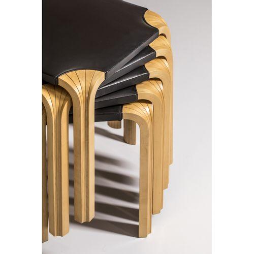Alvar Aalto (1898 1976)  Modèle n°X601  Suite de cinq tabourets  Bouleau laminé …