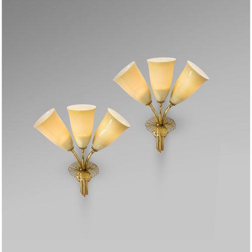Paavo Tynell (1890 1973)  Modèle n°9427  Paire d'appliques  Laiton et verre tein…