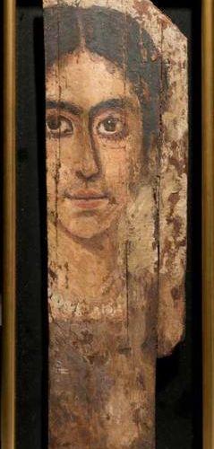 Portrait du Fayoum. Il est peint du buste d?une femme, les cheveux séparés par u…