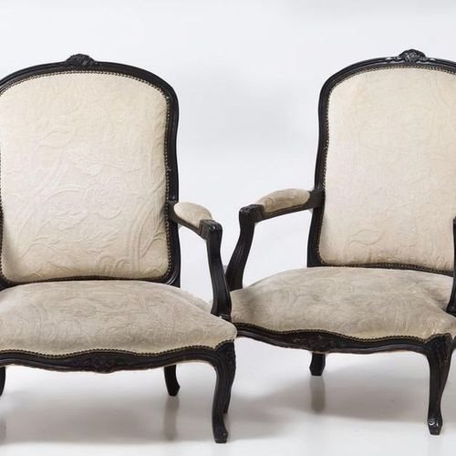 Pair of armchairs A pair of Louis XV style armchairs in wood, with a floral carv…