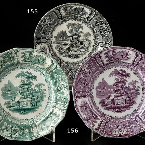 Set of two Sargadelos plates, green and purple Lot of two plates in fine china S…
