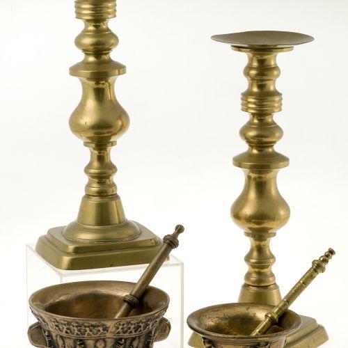 Pair of Bronze Candlesticks Paire de chandeliers anciens en bronze doré. Décorat…