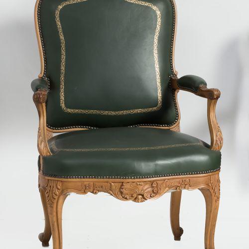 Louis XV style office chair. Chaise de bureau de style Louis XV en bois sculpté …