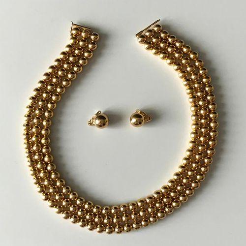 GROSSE, demi parure comrpenant un collier de trois rangs de perles d'or et une p…