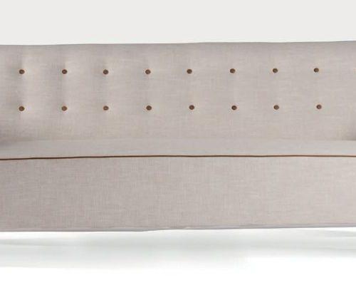 FRITZ HANSEN Paire de canapés dits 1669a Hêtre, toile de coton, cuir 77 x 182 x …