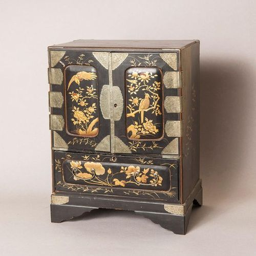 Gilded lacquered cabinet with two doors, opening on seven drawers, one drawer in…