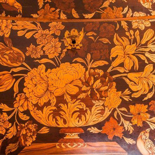Bureau à abattant en bois de placage à décor floral, marqueté sur trois faces  Q…