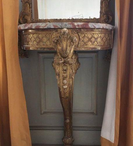 Console d'entre deux en bois sculpté et doré, dessus de marbre rouge, la ceintur…
