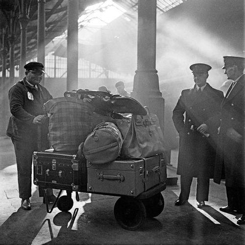 Roger SCHALL (1904 1995) Le porteur de la gare de Lyon, Paris, ca. 1930  Photogr…